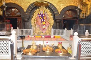 Foto rara de la original Siddhivinayak Mandir en Mumbai en 1980 / Baba como se ve en Samadhi Mandir en Shirdi el 9 de julio y 08 de julio 2015 durante la respectiva aartis